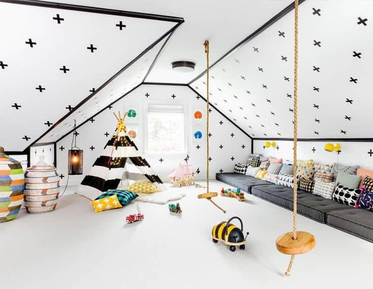Светлая, просторная комната обустроенная на мансардном этаже дома