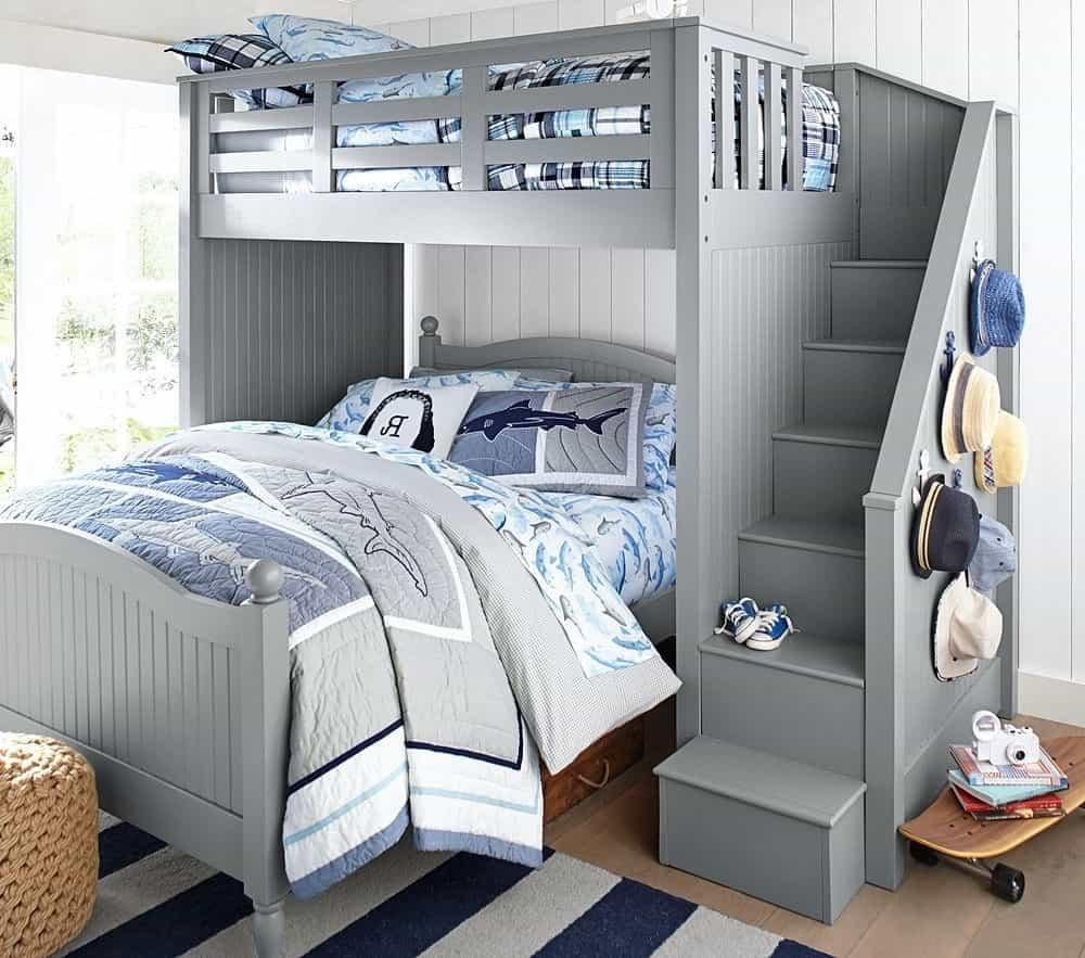 Двухъярусная кровать поможет сэкономить пространство в небольшой спальне