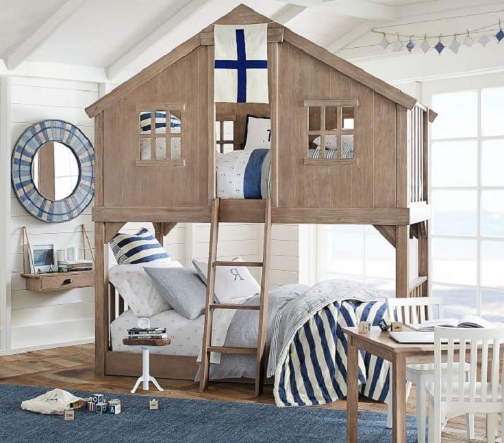 Интересный вариант двухъярусной кровати в виде домика, в нем можно поиграть и отдохнуть