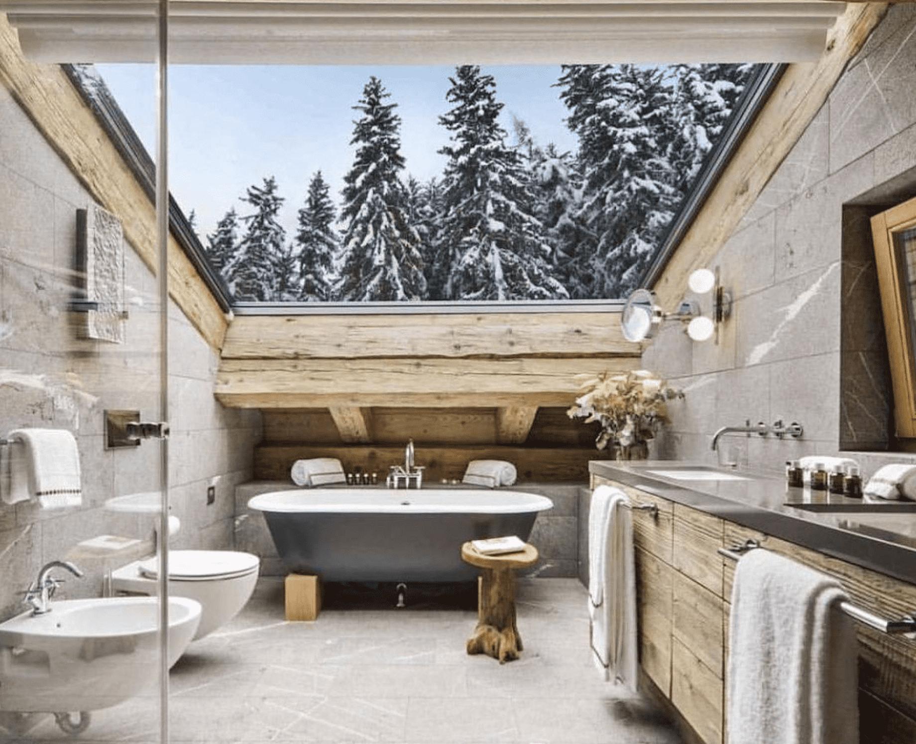 Интерьер ванной 2021 в загородном доме с панорамной крышей
