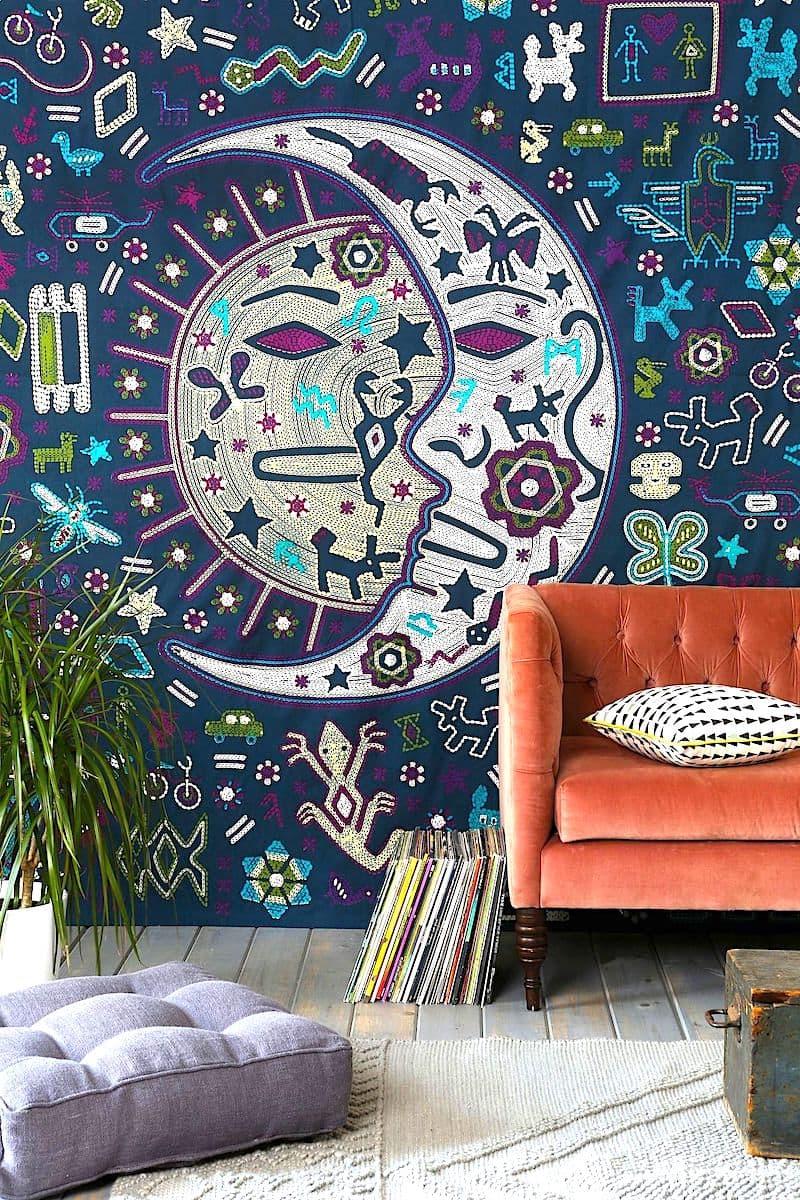 Интересный дизайн текстильных обоев с необычным рисунком