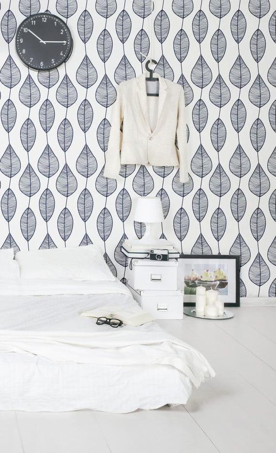Белоснежные обои с красивым рисунком органично впишутся в интерьер большой спальни