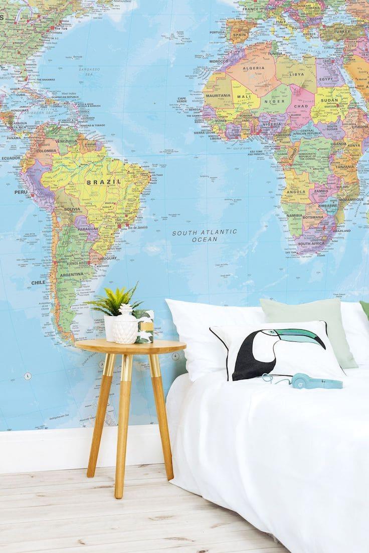 Ультрамодный дизайн спальни с красивыми обоями в виде карты мира