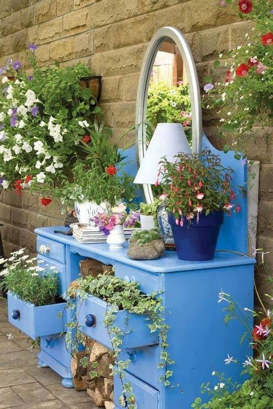 Старый синий комод стал прекрасным домом для зеленых питомцев