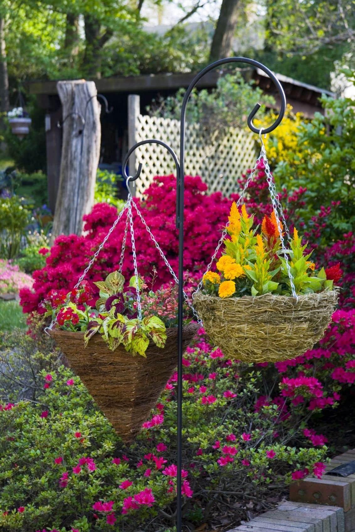 Эффектная подвесная цветочная композиция гармонично вписывающая в ландшафтный дизайн двора частного дома