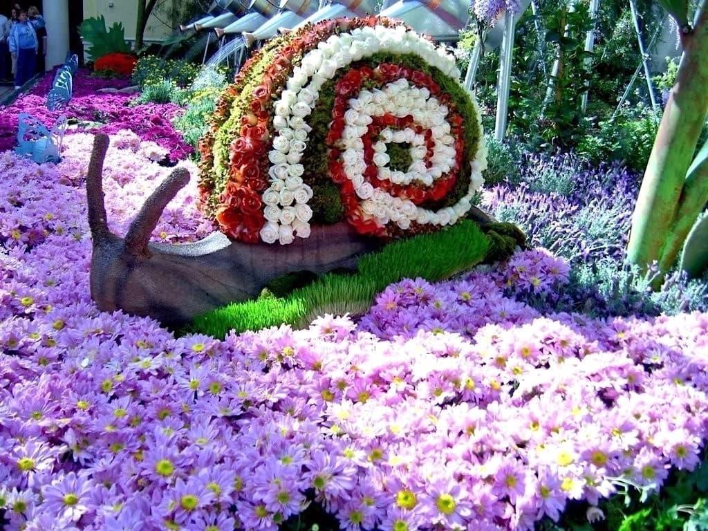 Улитка, ползущая по цветочной поляне, обеспечит вашему придомовому участку совершенно фантастический вид