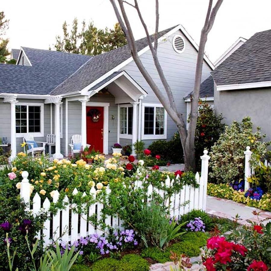 Белоснежный деревянный забор всегда выглядит потрясающе эффектно на фоне красивого цветника