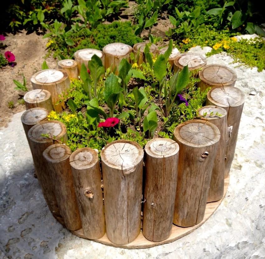 Оригинальное и необычное применение деревянных колодок в садовом декоре