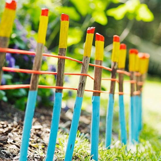 Для придания деревянному ограждению яркости можно выкрасить его в красивый насыщенный цвет
