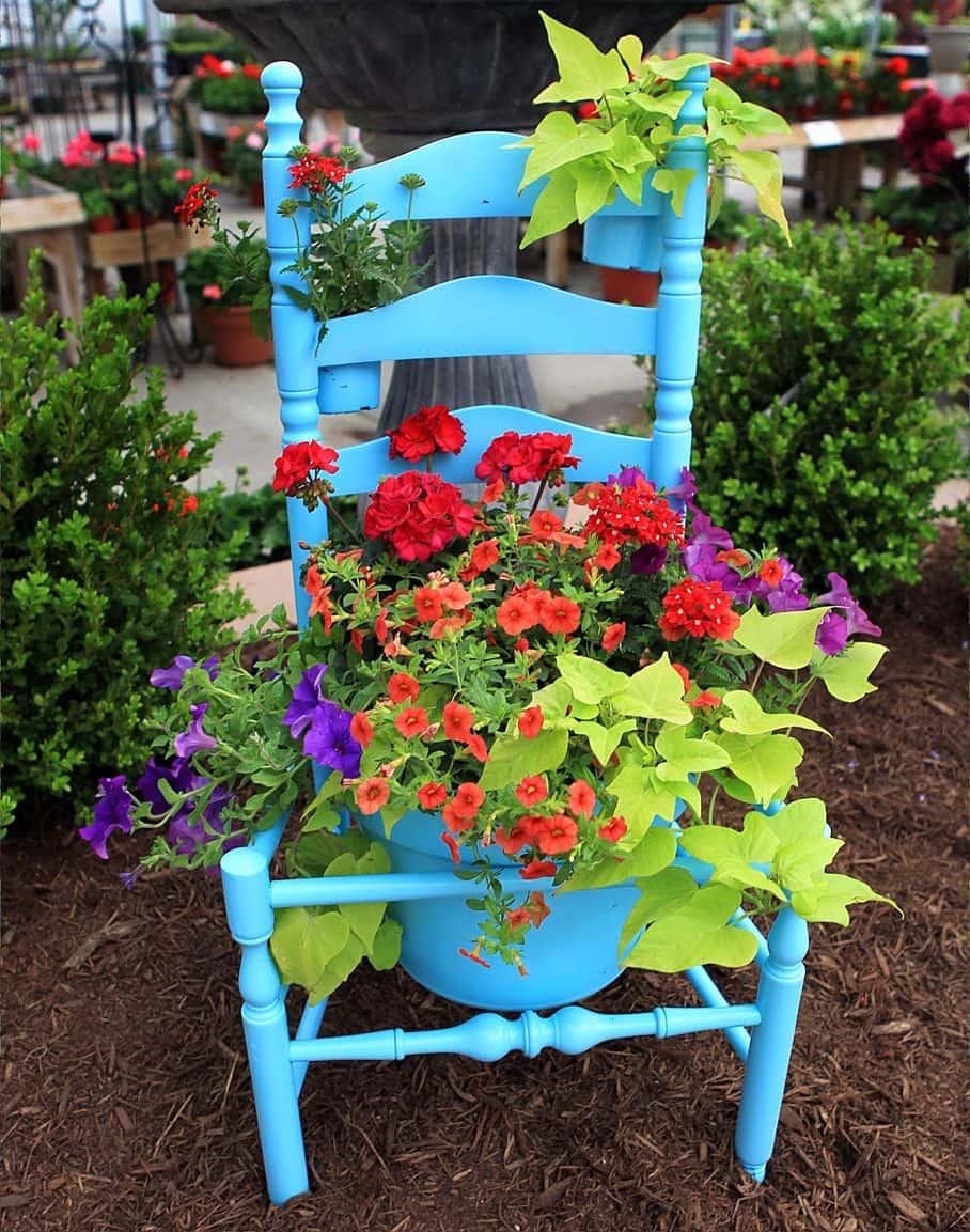 Новая яркая жизнь для старого стула
