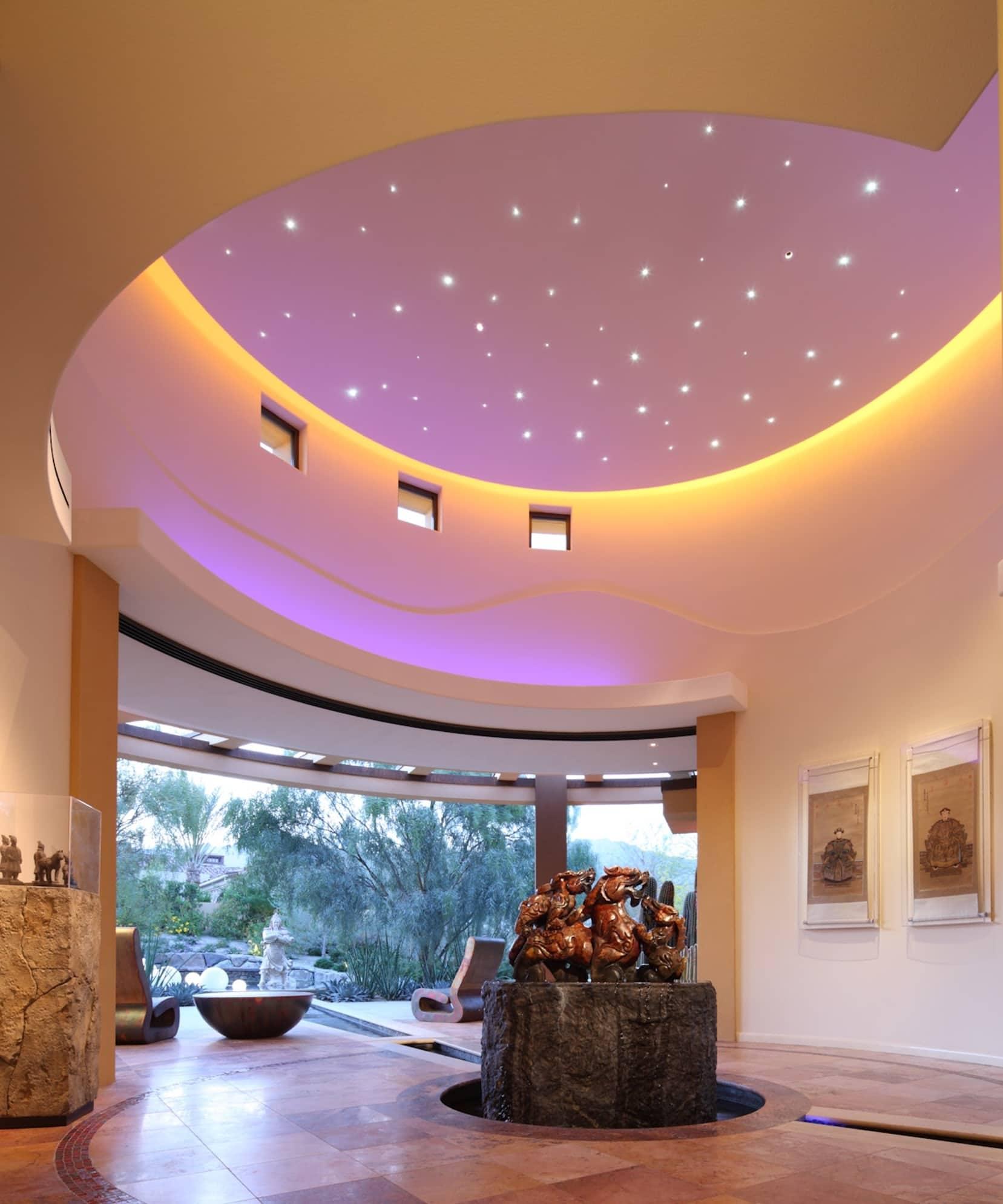 Дизайн интерьера выполнен в японском стиле, просторный холл без острых углов с высоким потолком