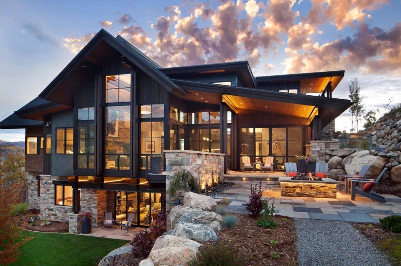 Красивый современный дом в альпийском стиле в благородном темном цвете