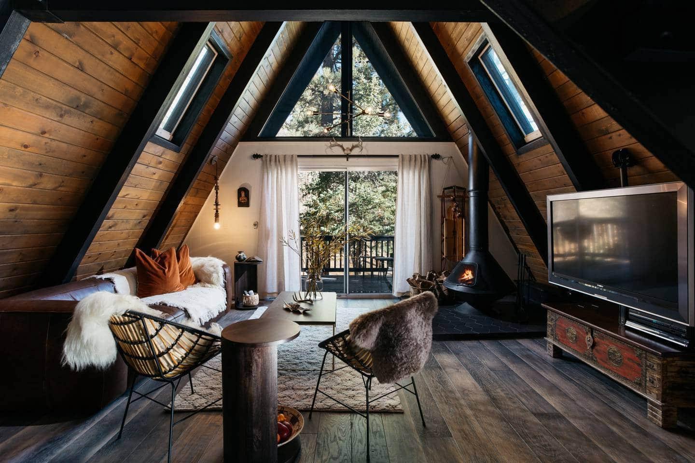 Небольшой чердак превратился в уютный и современный кабинет