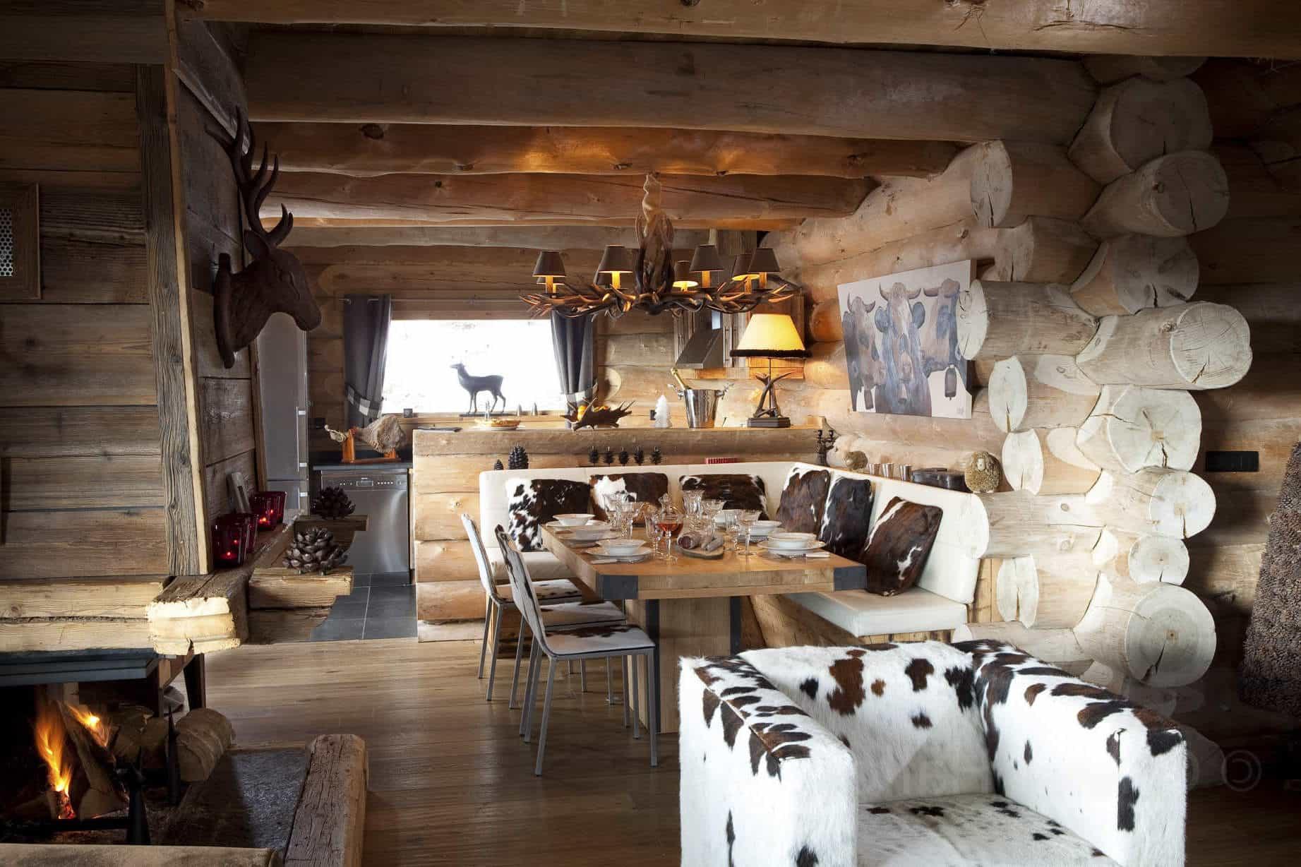Маленькая и уютная кухня оформлена в традиционном стиле шале, со всеми необходимыми атрибутами