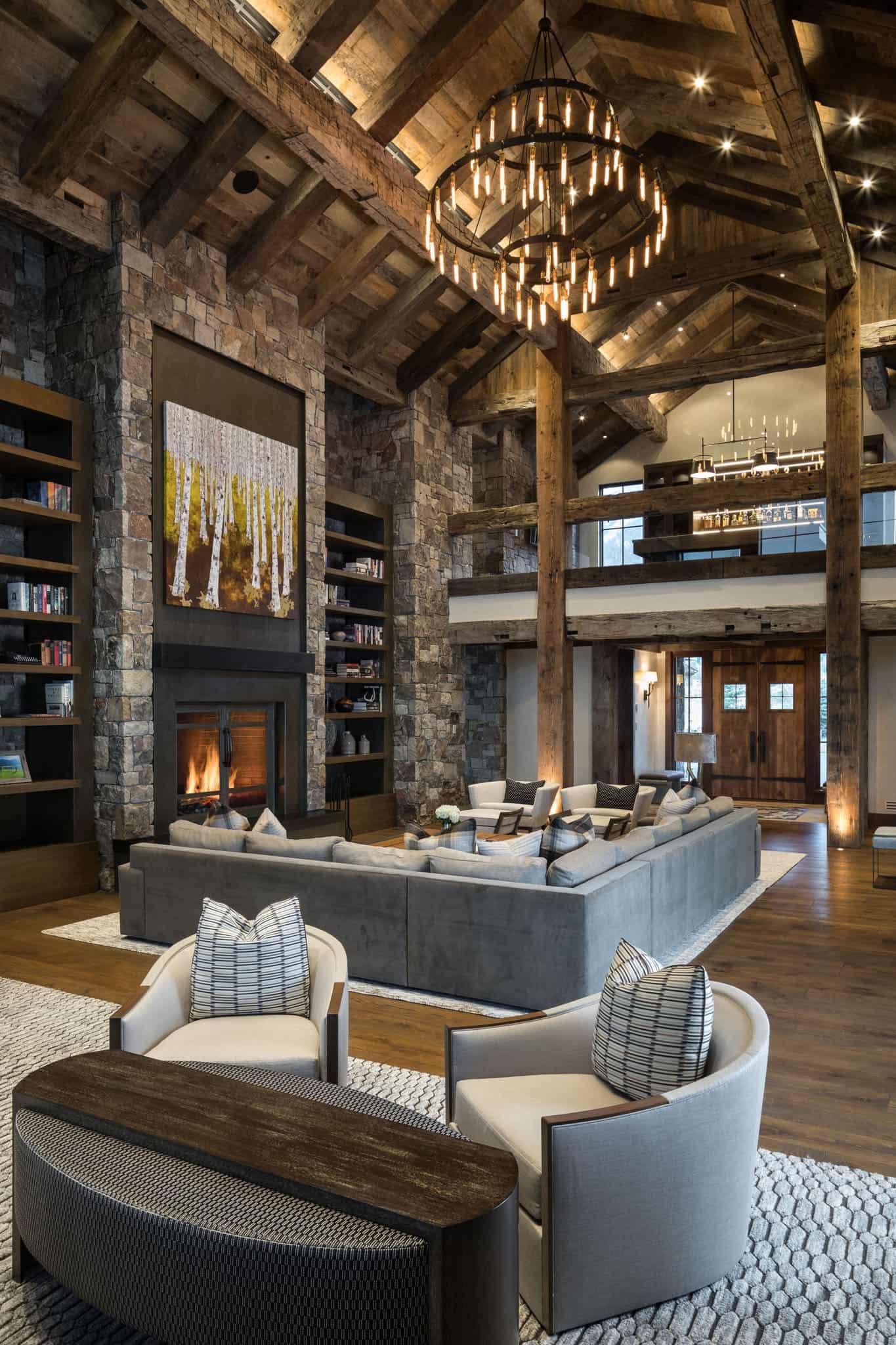 Эффектная гостиная с прекрасно организованной зоной отдыха у камина