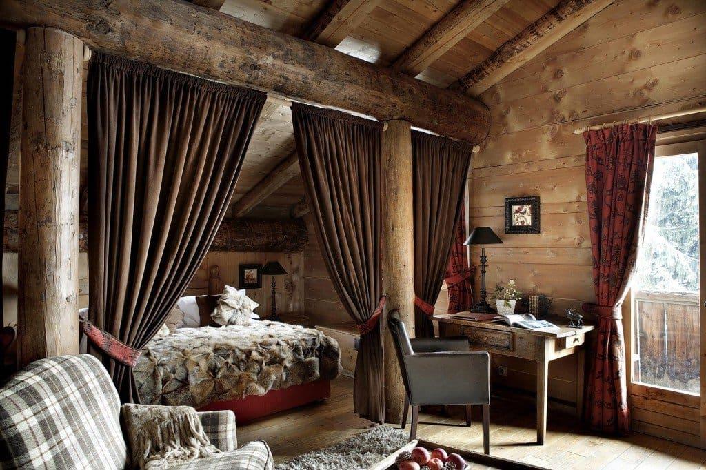Необычное применение массивных бревен в оформлении спального помещения