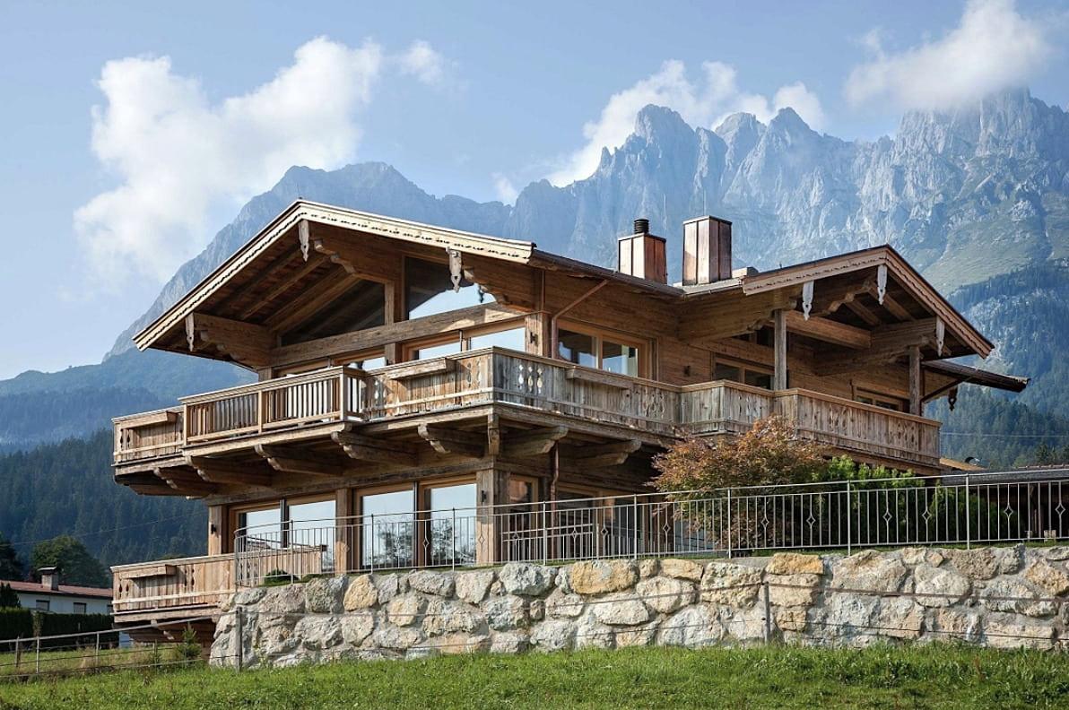 Основательный фундамент из камня и открытые просторные террасы являются главной особенностью дома в стиле шале