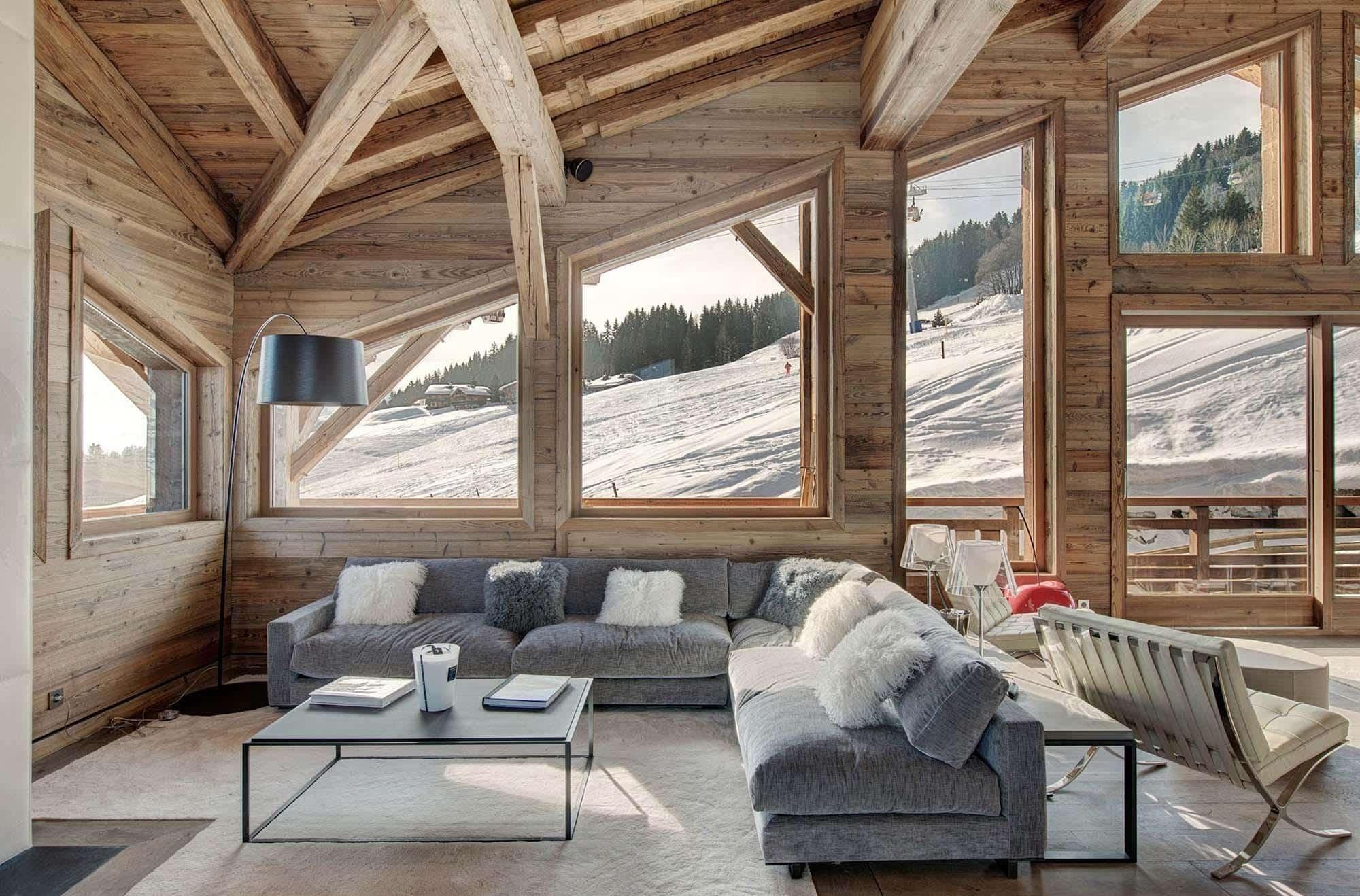 Яркие предметы, отвлекающее взгляд, неуместны в интерьере загородного дома в стиле шале
