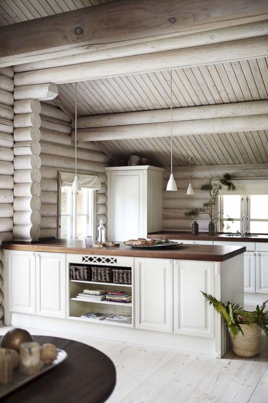 Легкий и светлый интерьер кухни в бревенчатом доме