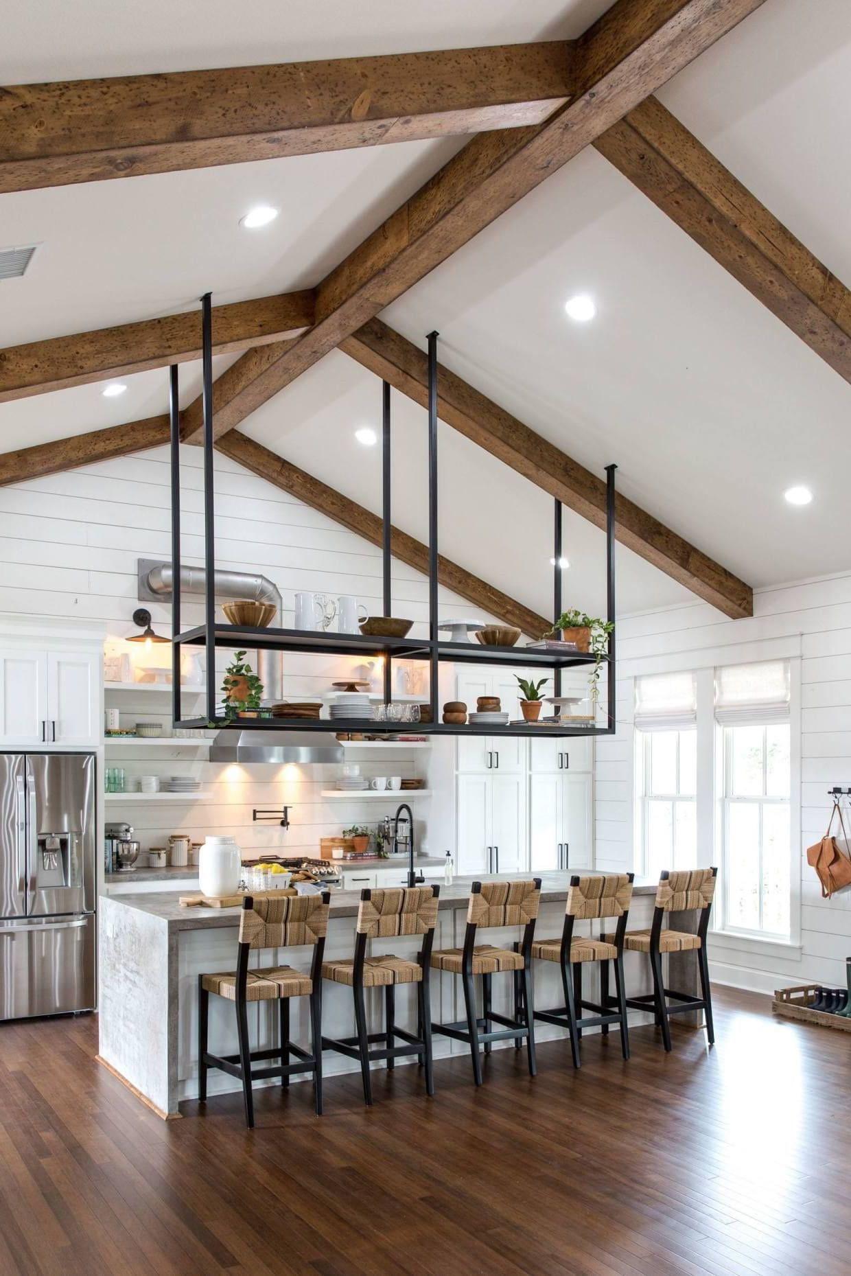 Удобное и функциональное решение для кухни с высокими потолками