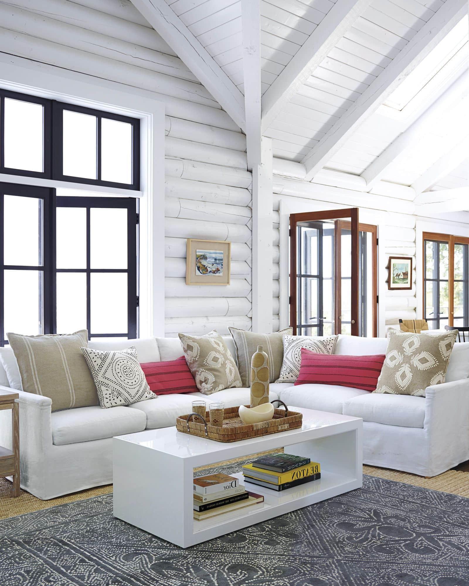 Просторная, светлая гостиная с выбеленными стенами и потолками смотрится поистине шикарно