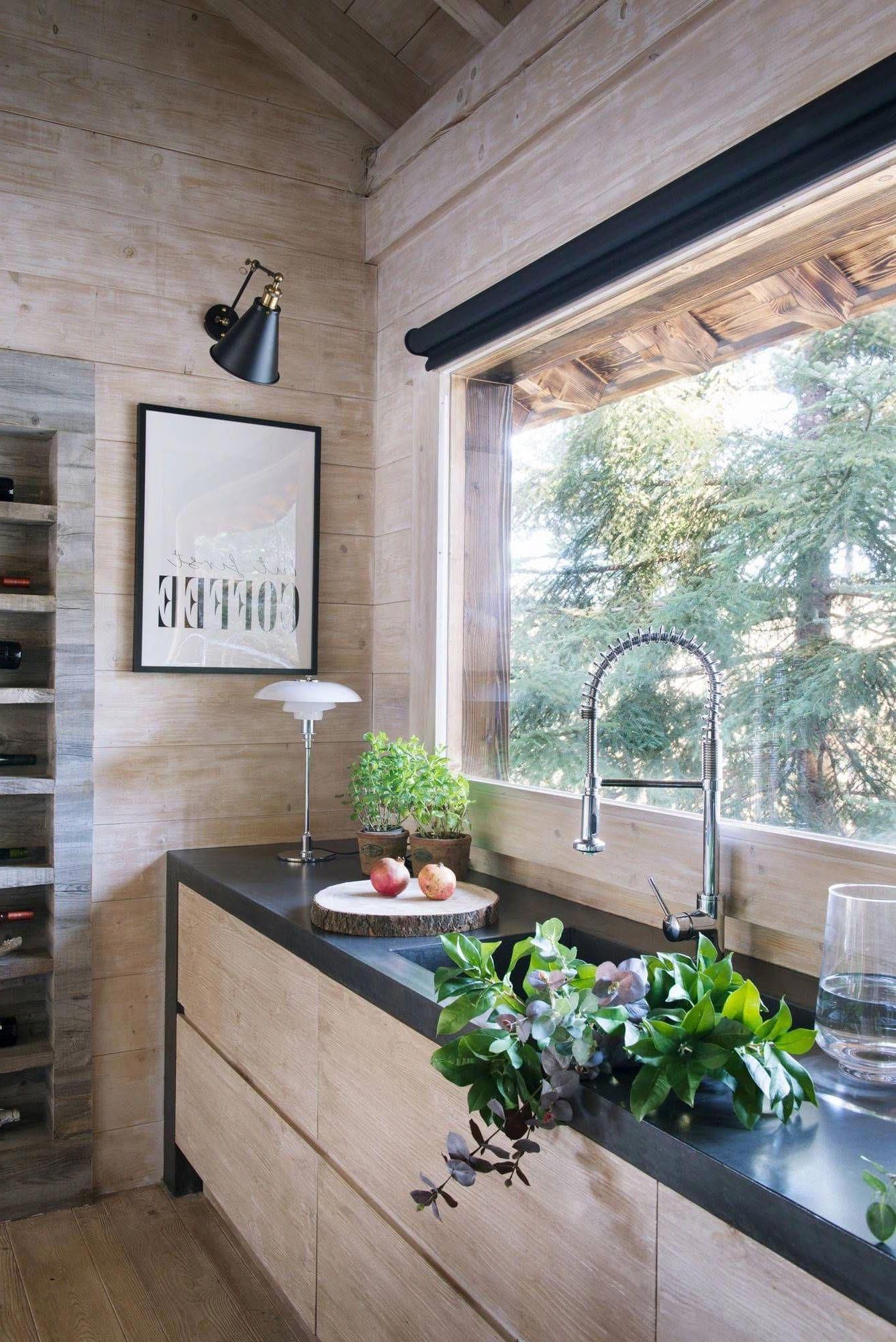 Красивый дизайн кухни вдоль окна в частном доме