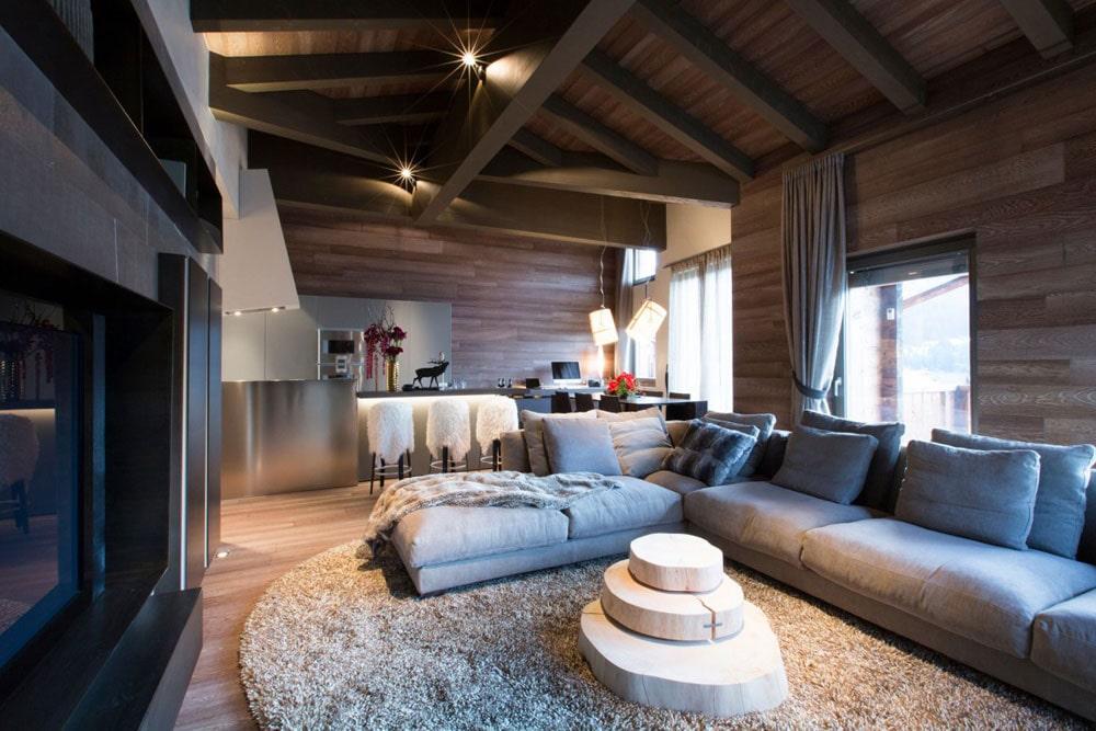 Стильный дизайн гостиной в деревянном доме