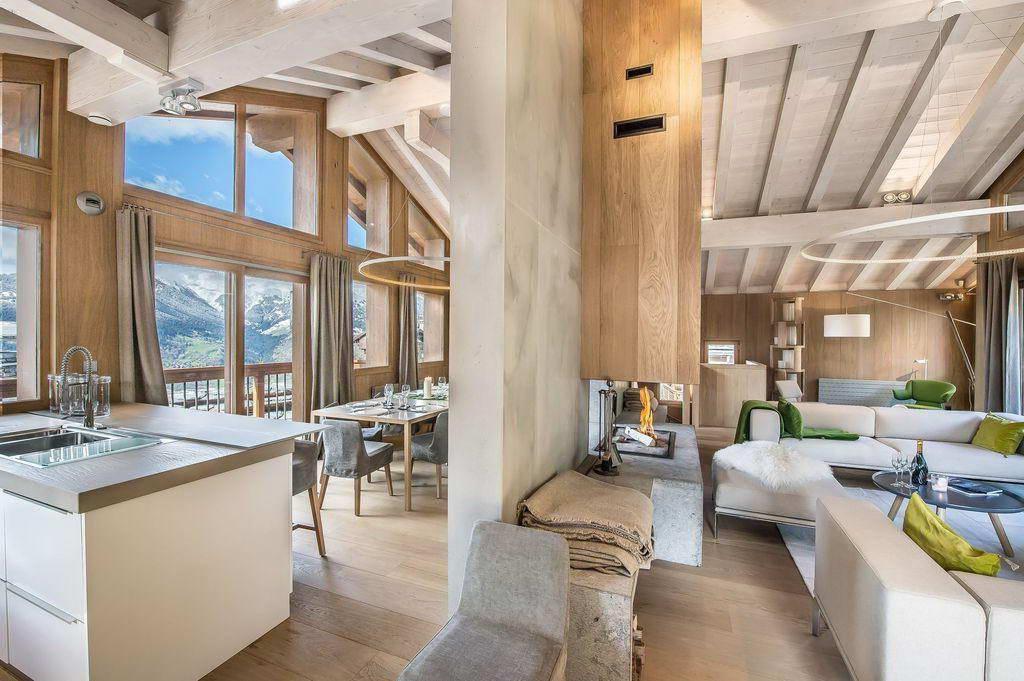 Большие окна от пола до потолка, через которые в дом проникает много света, поможет раскрыть всю прелесть экологичного интерьера