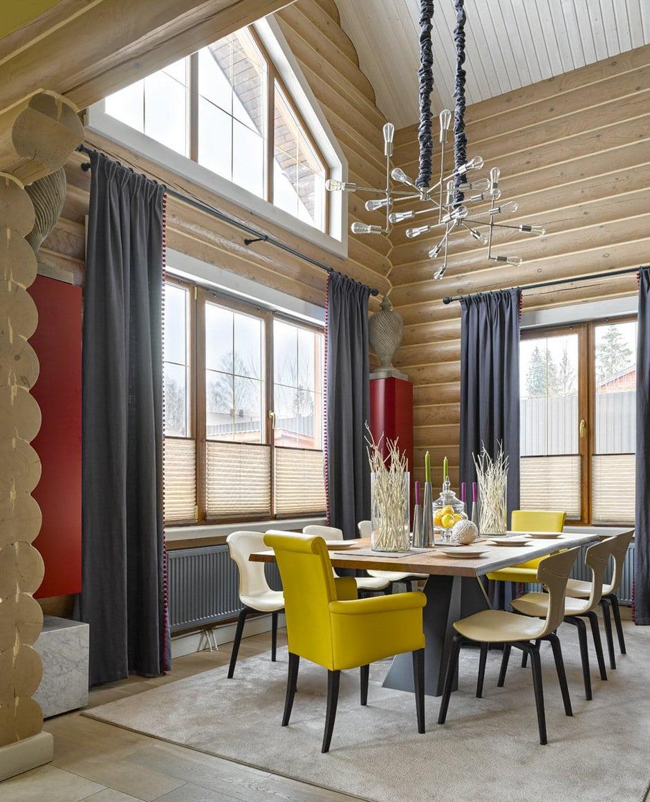 Завершенный образ гостиной создают пара ярких стульев