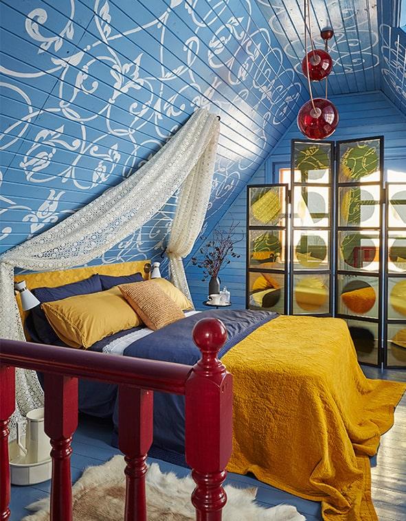 Красивая мансарда в синем цвете идеально подойдет для комнаты мальчика-подростка