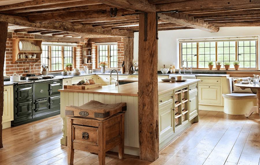 Традиционный интерьер кухни в провинциальном стиле не обходится без натуральных материалов