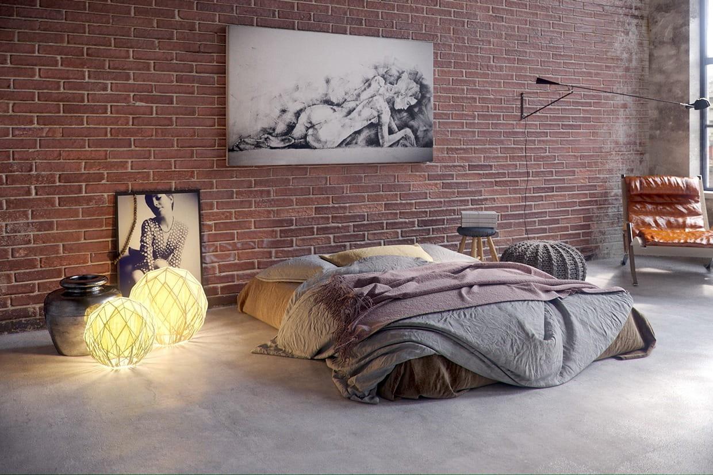 Матрас-кровать идеально вписывается в минималистичный дизайн лофт-спальни