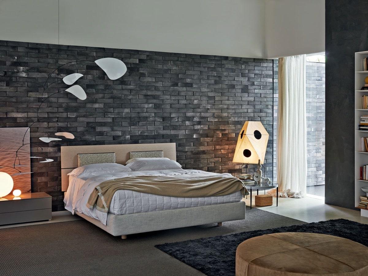 Практичное оформление спальной комнаты в сдержанном сером цвете