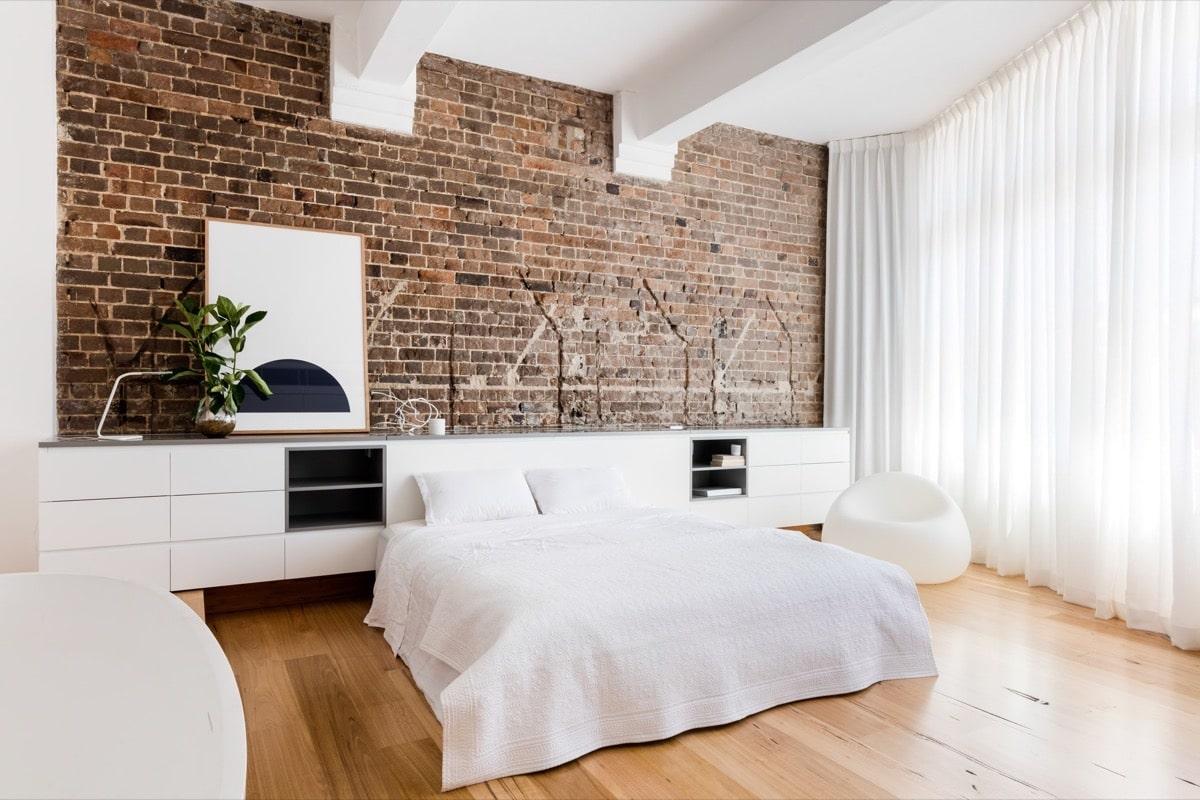 Стена из кирпичной кладки изюминка в белоснежной спальни