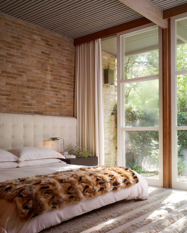 Мягкий ковер с длинным ворсом и покрывало с имитацией животной шкурки сделают спальню уютной и теплой