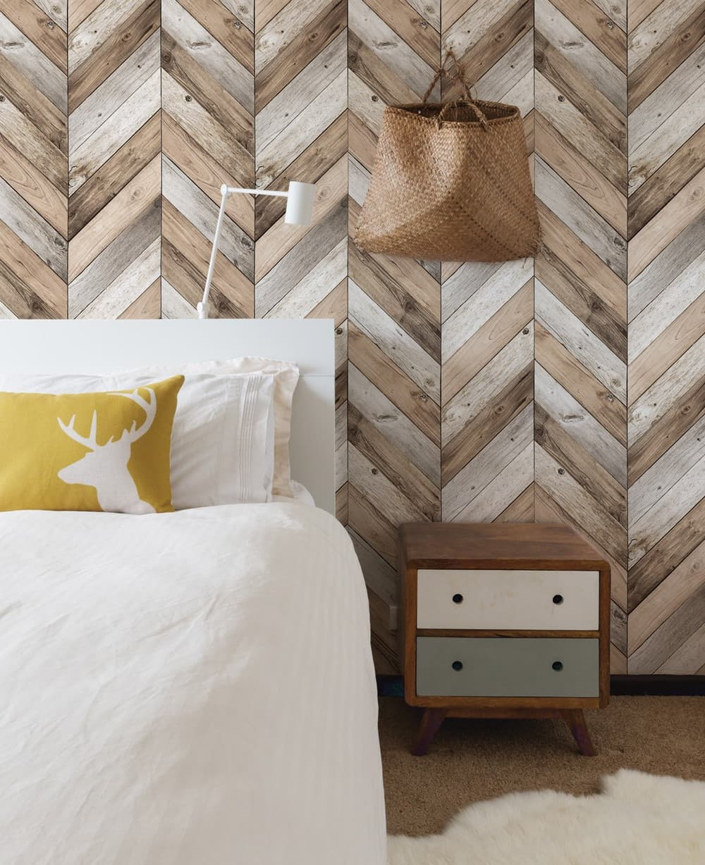 Фото спальни со смелым и оправданным экспериментом по укладке ламината на стене