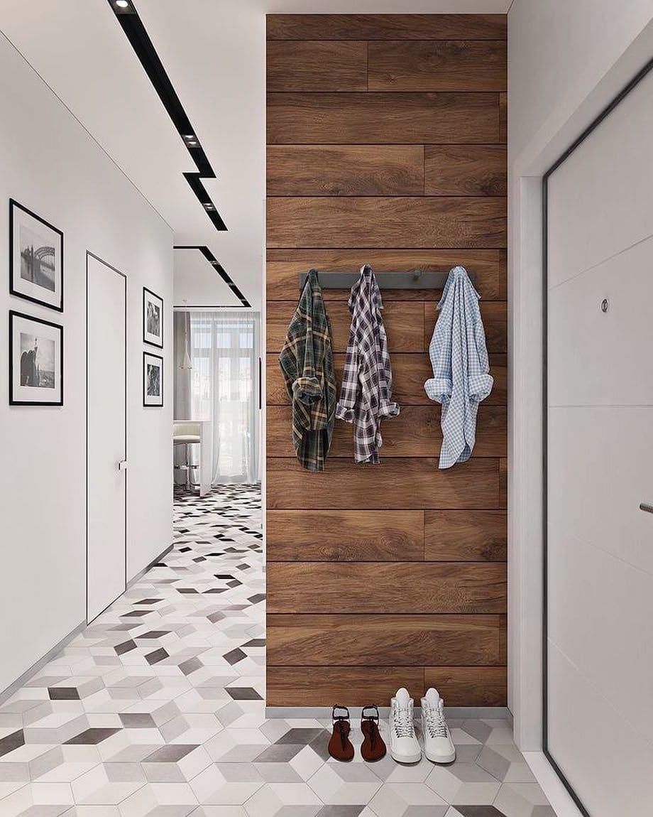 Удачное сочетание коричневого ламината с белоснежными стенами в прихожей
