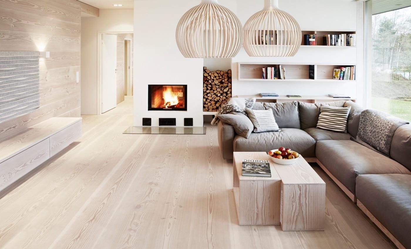 Белая гостиная визуально увеличивает размеры помещения и создает небольшое ощущение прохлады