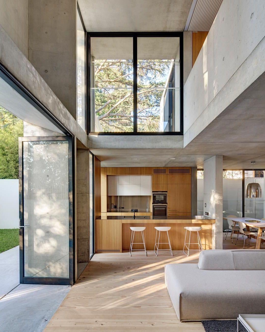 Серость бетонных стен смягчит цвет натурального дерева