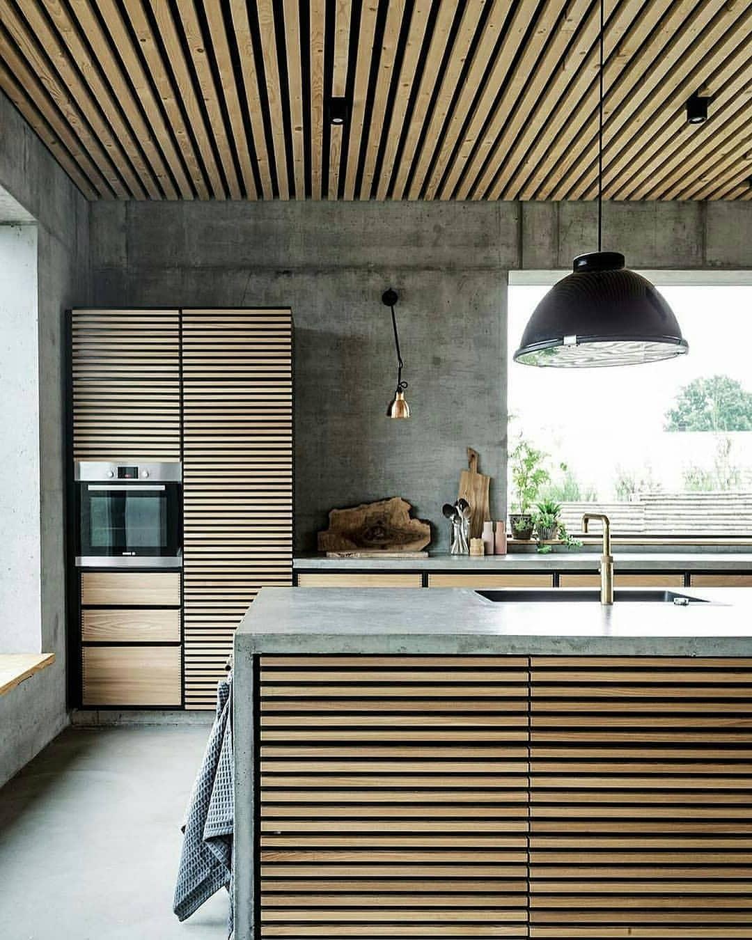 Максимум бетона и дерева в одном интерьере