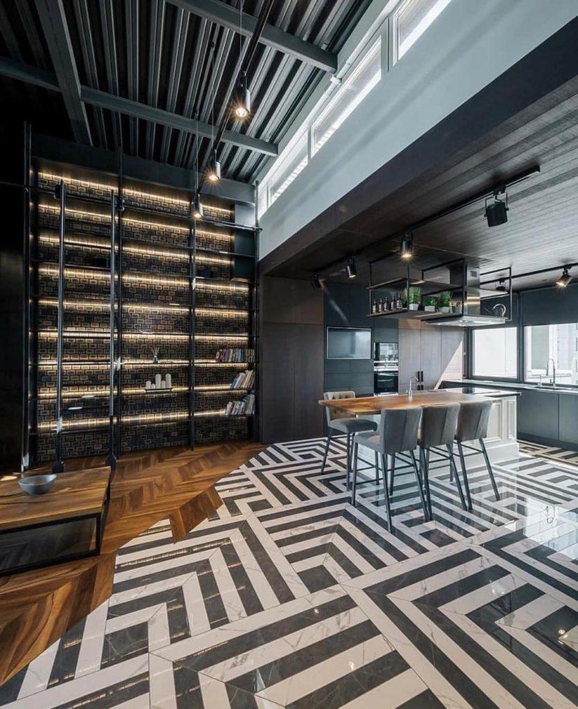 Паркет переходящий в плитку на полу в кухне