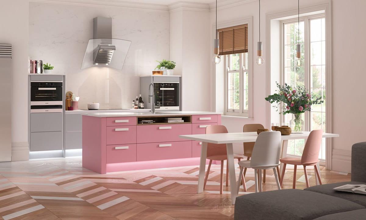Интересный дизайн кухни-гостиной с большим изобилием предметов белого и розового цвета