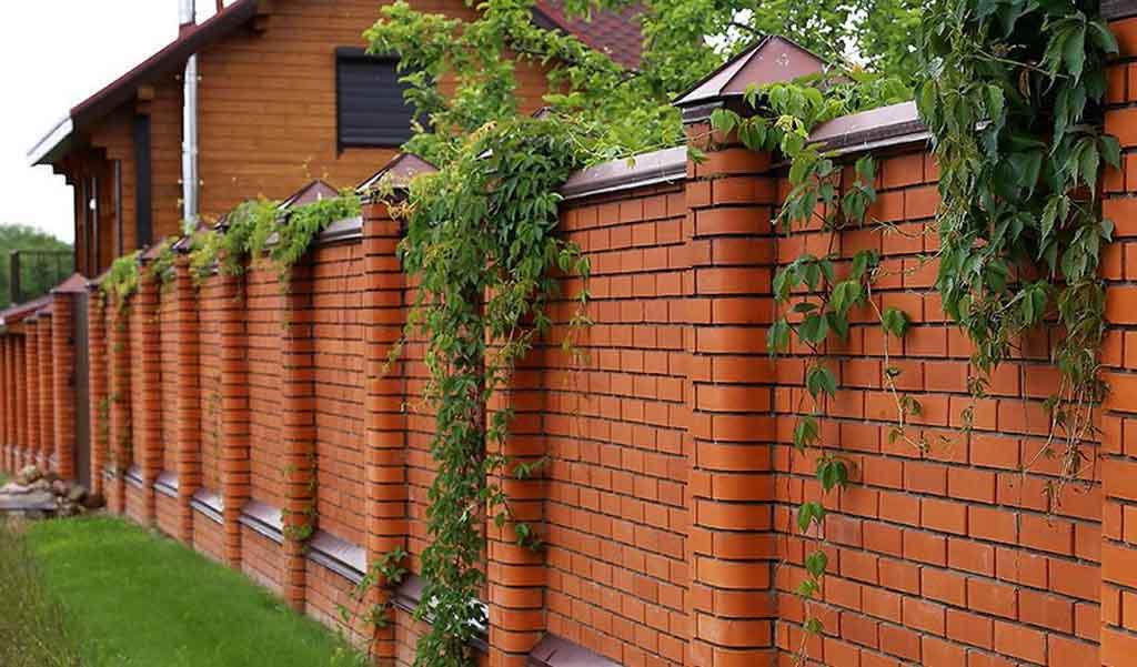 Забор из кирпича - это наиболее практичный вариант ограждения, поэтому он широко распространен в частном домостроении