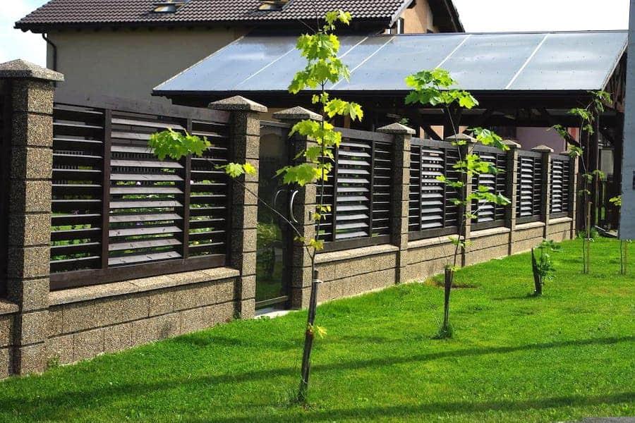 Красивый комбинированный забор из дерева и камня