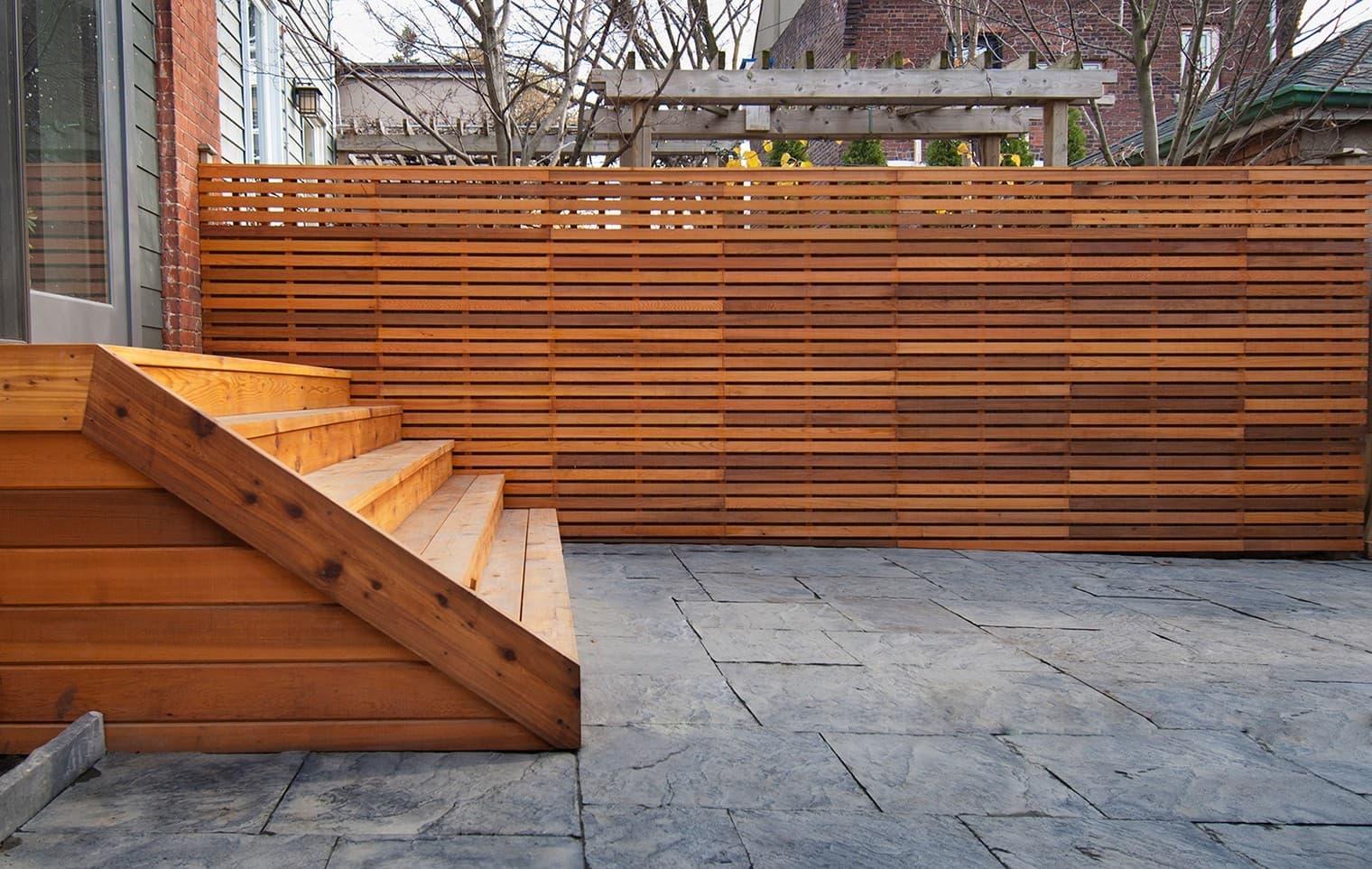 Деревянная лестница к дому в одной цветовой гамме с изгородью