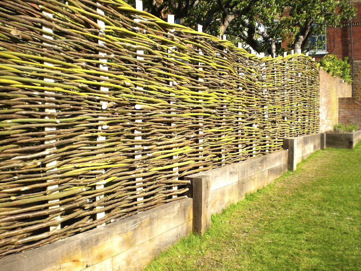 Плетеный забор на дачном участке