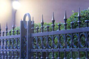 забор для частного дома из кованого металла
