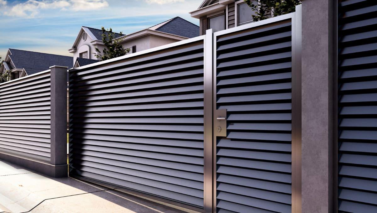 Строгий и солидный вид металлического ограждения частного дома