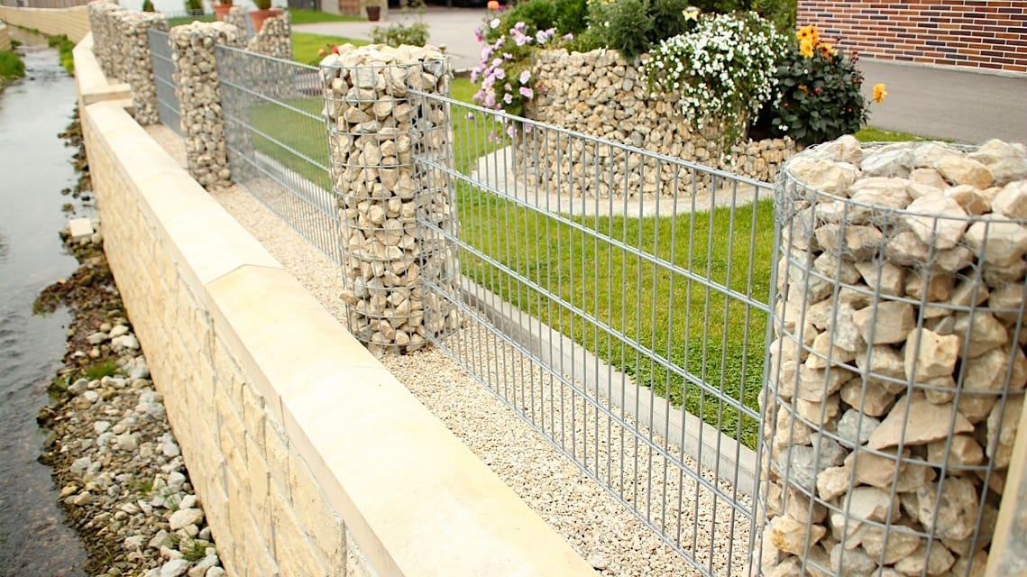 Красивый декоративный забор в светлом тоне