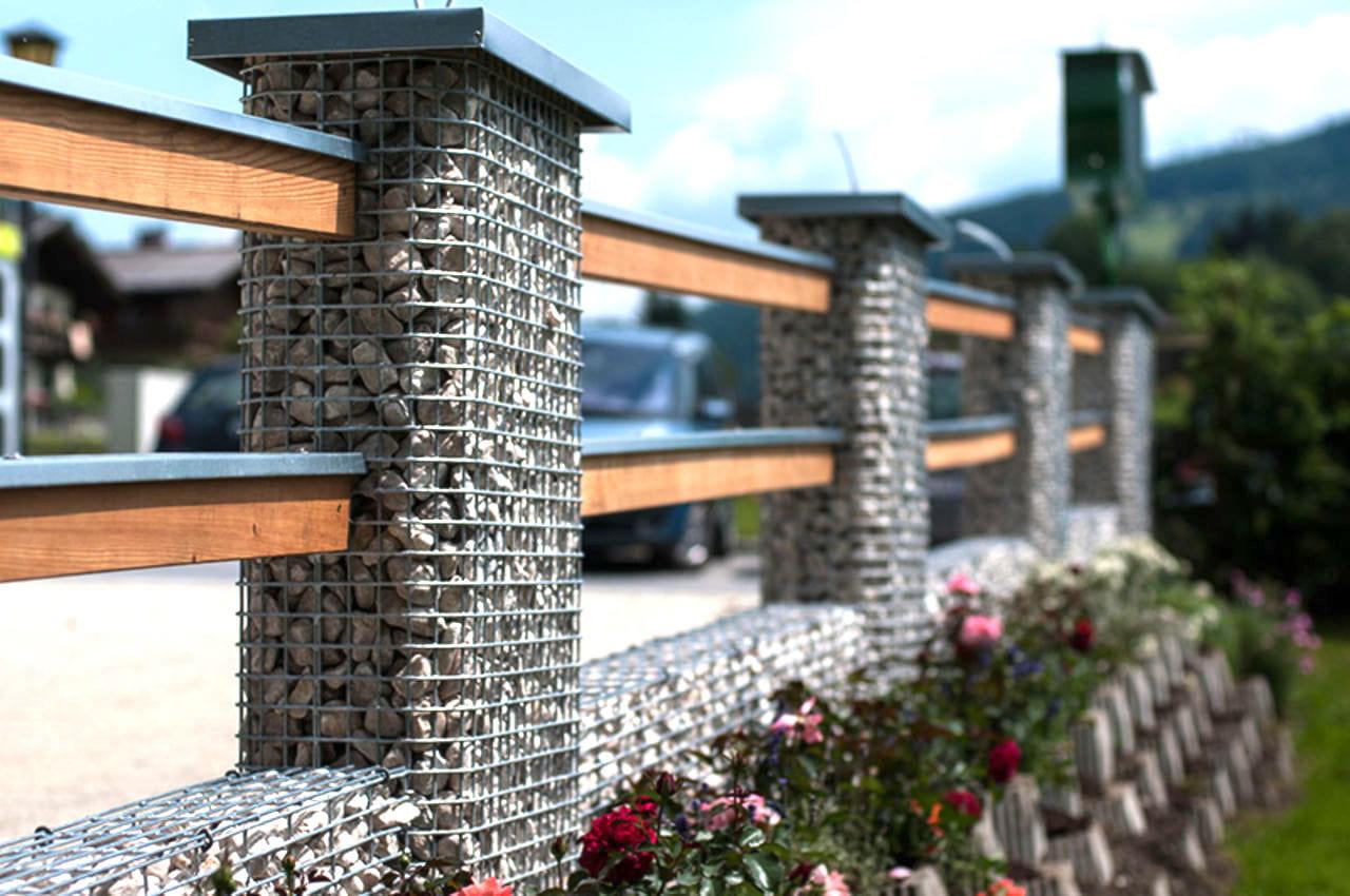 Вместо бетонных столбов для ограждения, можно использовать конструкцию с насыпным камнем